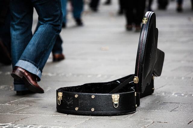 ギターケースの中のお金の写真